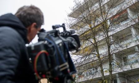 periodista ante el apartamento de Cornelius Gurlitt