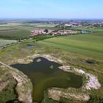 Der Baggersee der Ziegelei. Das Baumaterial vieler Gebäude im Ort und Umgebung kommt aus dem mehrere Meter tiefen Loch.