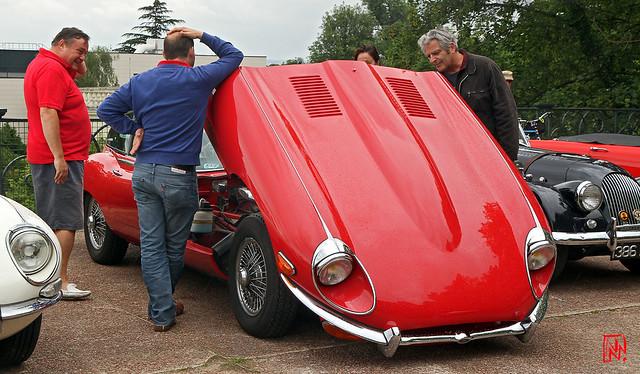 Baisse la capot on voit le moteur...de la Jaguar type E