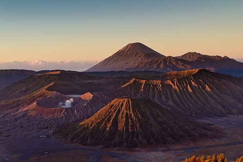 travel mountain berg sunrise indonesia landscape volcano java crater caldera landschaft sonnenaufgang bromo semeru indonesien reise batok vulkan krater gunungbromo bromotenggersemerunationalpark