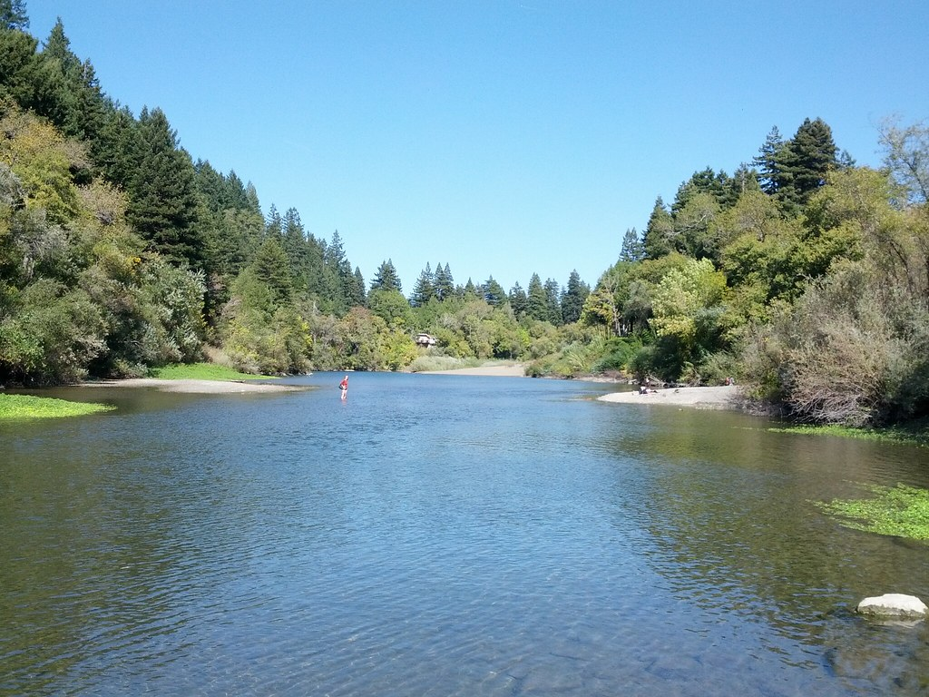 Russian river with lovely neighborhood — img 3