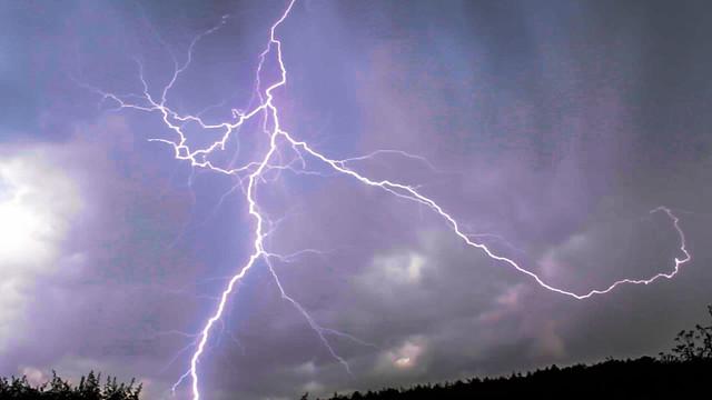 Oxfordshire Lightning 15:32GMT 16/06/16