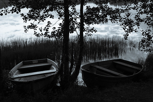 sunset blackandwhite bw sun lake beach monochrome espoo lens landscape 50mm prime boat sundown shore kesä vene ranta järvi auringonlasku aurinko pitkäjärvi laaksolahti