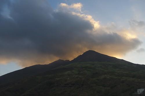Stromboli: esplosioni e colate dal cratere, turisti in a mare$