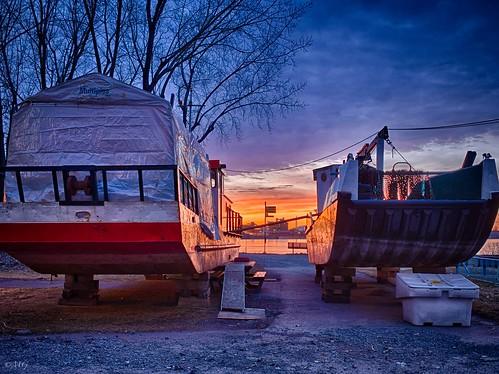 light sky marina fire boat spring twilight dusk lumière ciel stlaurent bateau crépuscule printemps hdr feu coucherdesoleil fleuve longueuil barges fullaperture pleineouverture olympusem5 olympusm17mmf18