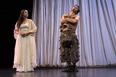 En la imagen se puede ver a dos componentes del grupo de teatro de pie sobre el escenario.  Fotografía cedida por Óscar Blanco Gutiérrez.