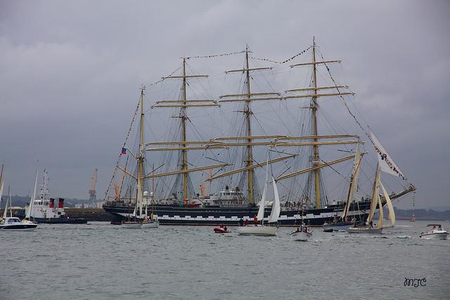 Le Sedov, bateau russe à 4 mâts, est le plus grand voilier du monde.....