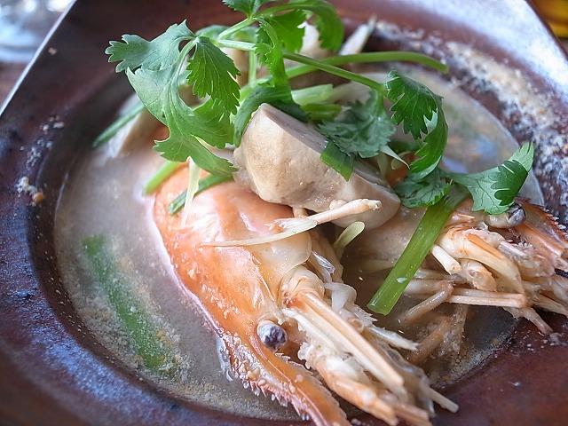 <p>d) 前菜はTom Yum Goong</p>