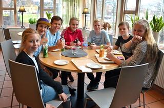 Brassbandfestivalen 2013 - Fikapaus med Minibrassarna Emma, Arnold, Emmanuel, Lisa, Carl, Albin och Ida (Foto: Olof Forsberg)