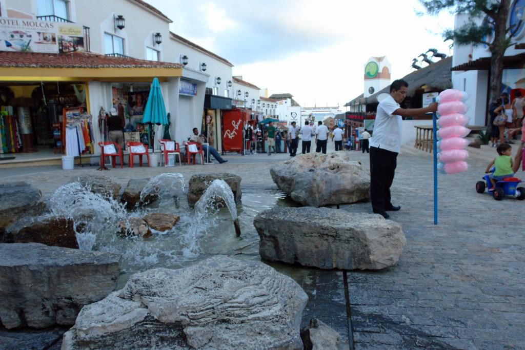 Cancún vs Playa del Carmen: Calle principal de Playa del Carmen