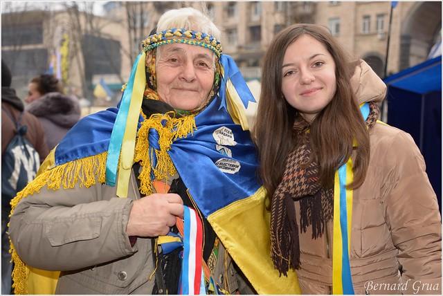 Une baboussia patriote avec Sveta, jeune photographe ukrainienne, sur la rue Krechtchatyk, Kiev, Ukraine - 21/12/2013 - photo Bernard Grua DR