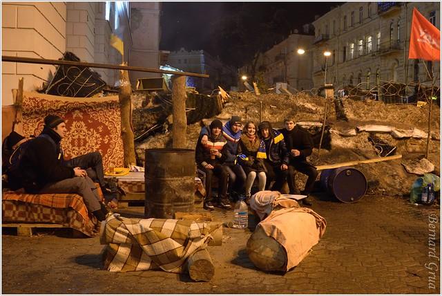 Pères de famille et jeunes de garde sur une barricade du Maidan, Kiev, Ukraine  - 23/12/2013 - photo Bernard Grua DR