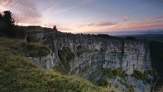 Do, 17.10.13 - 16:40 - de.wikipedia.org/wiki/Creux_du_Van schreibt Der Creux du Van [ˈkʀødyˌvɑ̃] ist ein Ausräumungskessel (französisch: cirque, zum Beispiel Cirque de Gavarnie) im Schweizer Jura an der Grenze zwischen den Kantonen Neuenburg und Waadt.  Er ist etwa 1200 m breit und 500 m tief. Die Gesamtlänge der Felswände, die rund 160 m senkrecht abfallen, beträgt etwa 4 km. Das Gebiet liegt beim Mont Soliat auf 1200 bis 1450 m ü. M. und ist seit 1972 unter Schutz gestellt. Es gehört zum Bundesinventar der Landschaften und Naturdenkmäler von nationaler Bedeutung.  Der Kessel ist wahrscheinlich nach der Eiszeit durch Erosion entstanden. Der Boden ist mit Moränen- und Bergsturzmaterial bedeckt, auf dem Tannen und Buchen wachsen. In der Mitte unter dem oben unbewaldeten Teil des Kessels liegt die Quelle Fontaine Froide, deren Wasser das ganze Jahr über gleichmäßig 4 °C warm ist.  An den Felswänden leben Steinböcke und Gämsen. 1770 wurde im Gebiet des Creux-du-Van der letzte Bär erlegt. In den Jahren 1974 und 1975 wurde je ein Paar Luchse ausgesetzt. Bei den Luchsen handelte es sich um Wildfänge aus den slowakischen Karpaten.  Das geologisch und botanisch wertvolle Gebiet ist auch ein beliebtes Ausflugsziel, das zu Fuss am besten von Noiraigue zu erreichen ist. Mit dem Auto gelangt man via Couvet oder Saint-Aubin-Sauges zum Restaurant Ferme du Soliat am oberen Rand des Felskessels.  Am unbewaldeten oberen Rand des Kessels wurde eine ca 2 km lange Trockensteinmauer erbaut, die einen weniger ästhetischen Drahtgitterzaun ersetzte. Die Mauer wurde von einer internationalen Gruppe unentgeltlich erstellt und wird deshalb auch Mauer der Freundschaft genannt.