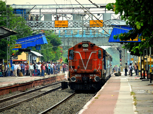 Indian Railways : BWN ALCo slows down & enters Dankuni for turn out with puny 8 coacher Tebhaga Express !