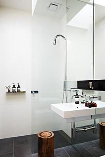 Egy zuhany üvegfal megteremti a zuhanyzás élményét.
