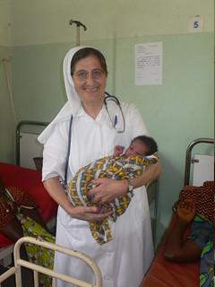 Suor Tiziana con un bimbo appena nato