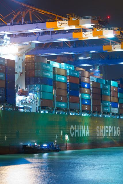 CSCL Zeebrugge (336.67m / 9573 TEU): Discharging begins