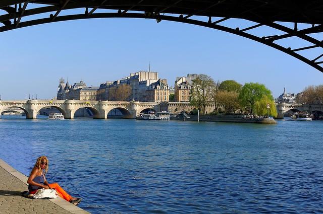 Paris / Sit down here, under the Pont des Arts