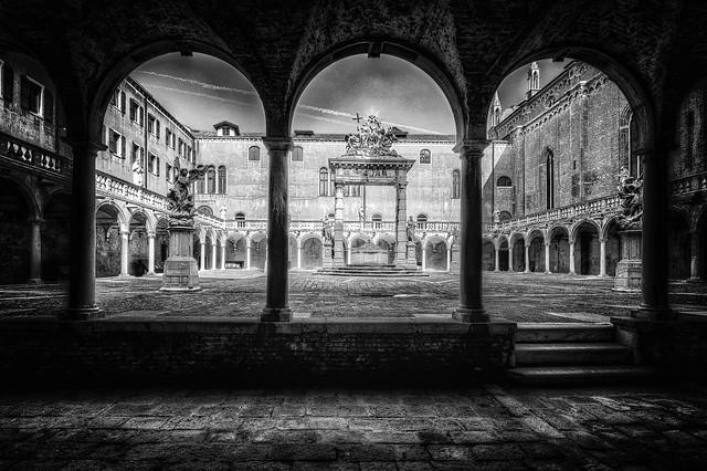 Venezia : Chiostro della Trinità - 26