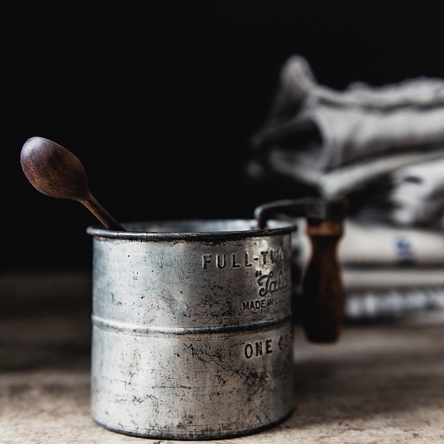 Favourite things.... One of my new and amazing spoons by @hopeinthewoods, an antique sifter ....and stacked linens. 💛🙏💛 #mystillsundaycompetition #lightanddark #afewofmyfavouritethings #hopeinthewoods