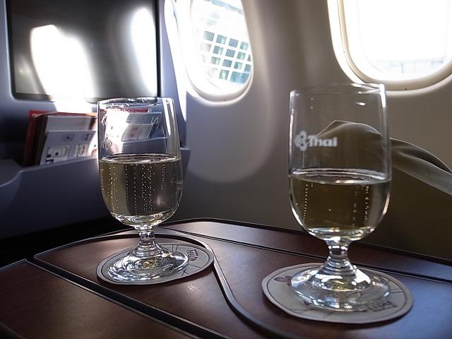 <p>e)ウェルカムドリンクにシャンパンをお願いしました。ポーンと栓を抜く音がして、、、おいしいシャンパンです。</p>