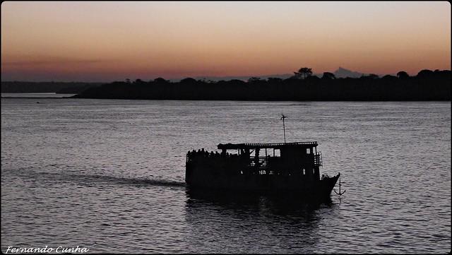 Barco nas águas do Rio Tocantins ao largo da cidade de Marabá no estado do Pará, Brasil.