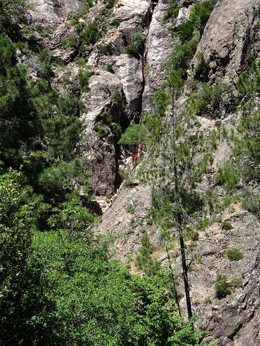 :Départ du ravin supérieur du Velacu avec la cascade de 30m