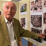 Jakob Müller in der Heimatausstellung vor der Bilderwand über die Russlanddeportation. Er selbst war nach 5 Jahren Zwangsarbeit einer der letzten Heimkehrer im Dorf und hat die Deportation nur knapp überlebt.