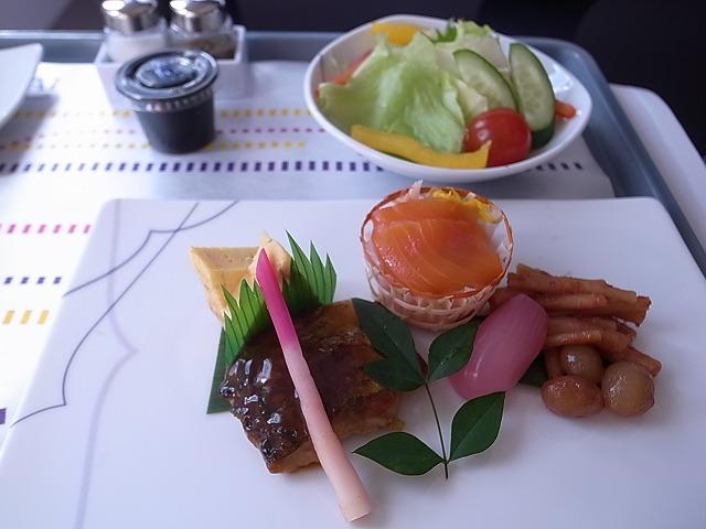 <p>d)前菜も美味しくて!!サラダのドレッシングはわさび味</p>