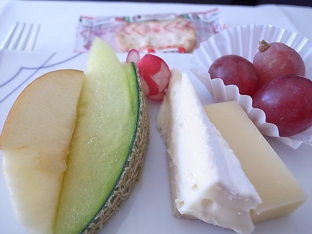 <p>h)フルーツ&チーズの盛り合わせ</p>