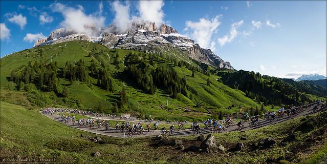 Maratona dles Dolomites climbs Passo Pordoi