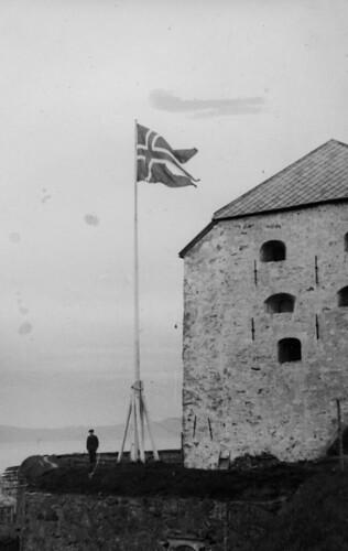 Det norske flagg vaier atter over Kristiansten (1945)