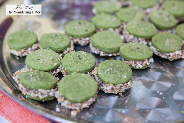 Matcha green tea shortbread cookies, caramelized white chocolate filling, salted sesame seeds by Delicias Urbanas