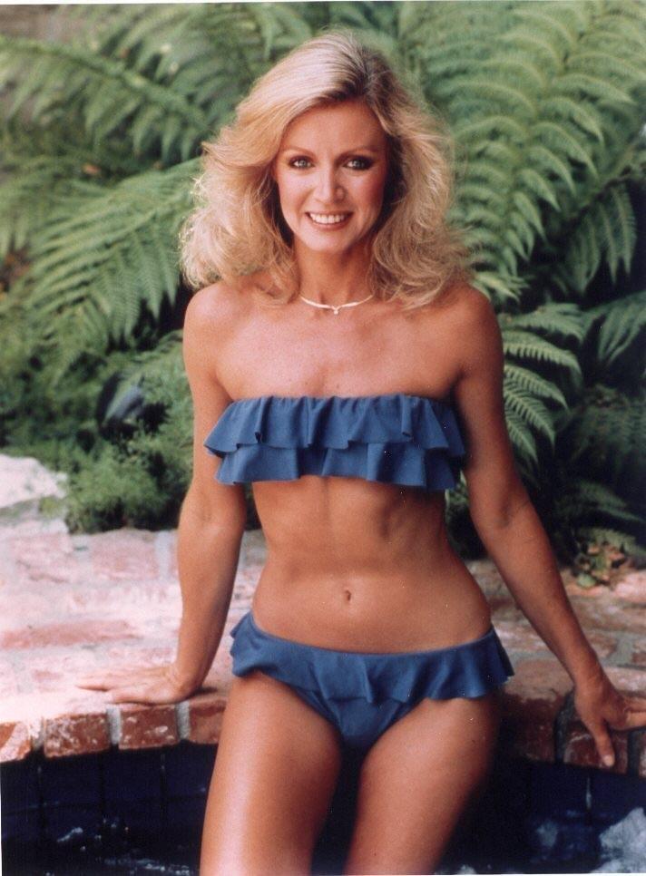 Avec une silhouette longiligne et les cheveux moyenne blonde sans soutien-gorge (taille ) en bikini sur la plage