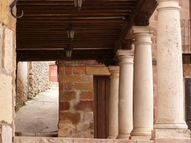 Calle porticada de Atienza en Guadalajara