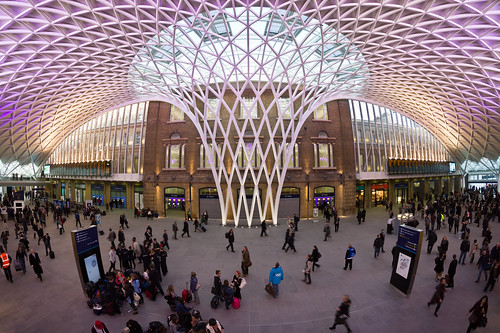 Western concourse at London Kings Cross station. Central postion showing ceiling structure.   by User:Colin