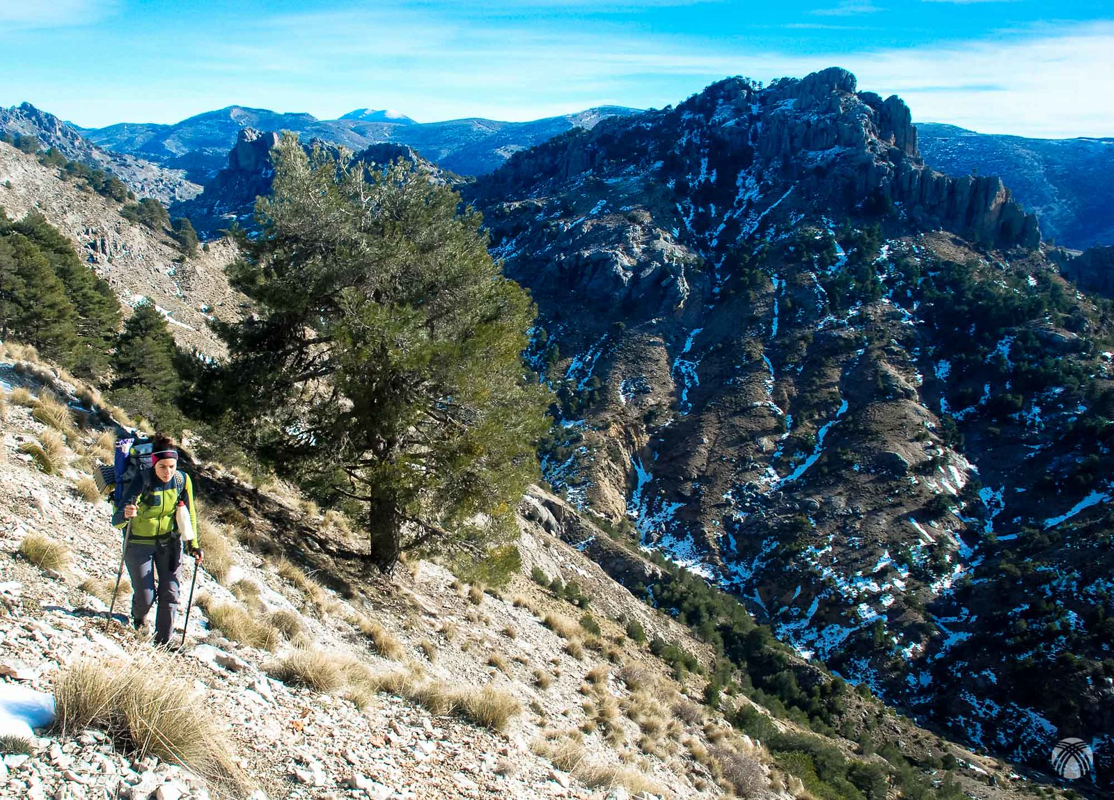 Lourdes a tope. Detrás el Cerro de la Carrasca