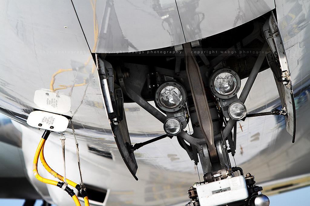 Landing lights on front landing gear - Boeing 777 | Follow m… | Flickr