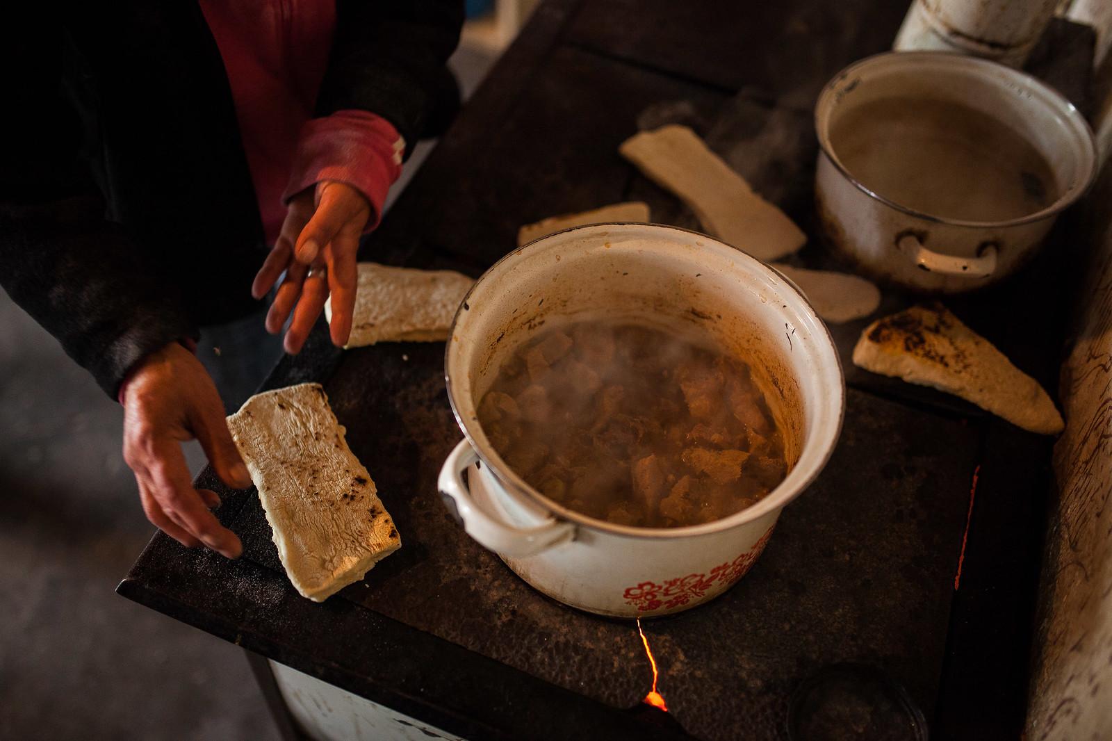 Hó végi ebéd készül egy kelet-magyarországi faluban | Fotó: Magócsi Márton
