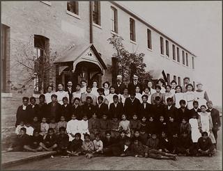 Indian Residential School students and staff, Regina, Saskatchewan, 1908 / Élèves et personnel du Pensionnat indien, Regina (Saskatchewan), 1908