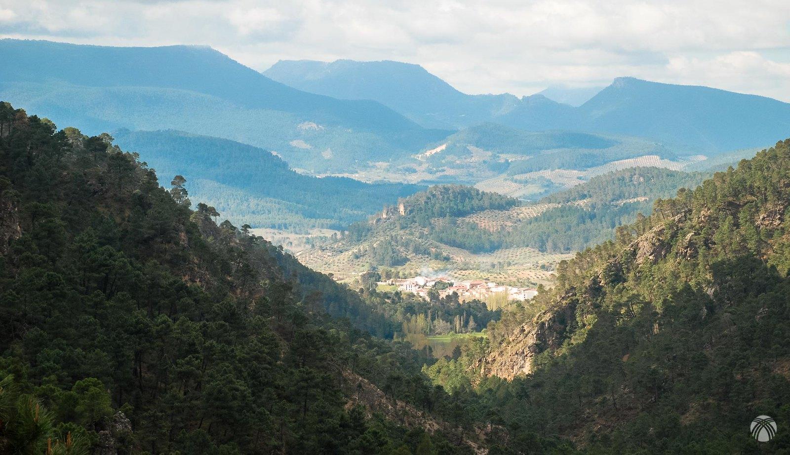 Vistas hacia Villaverde del Guadalimar. Al fondo Navalperal, Peralta y el Yelmo con una nube