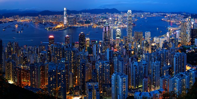 Skyline and Victoria Harbour at dusk, view from Victoria Peak, Hong Kong, China - 香港,中国