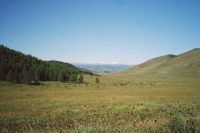 Mongolie, vue sur les sommets de montagnes de l'Altaï enneigées à l'horizon