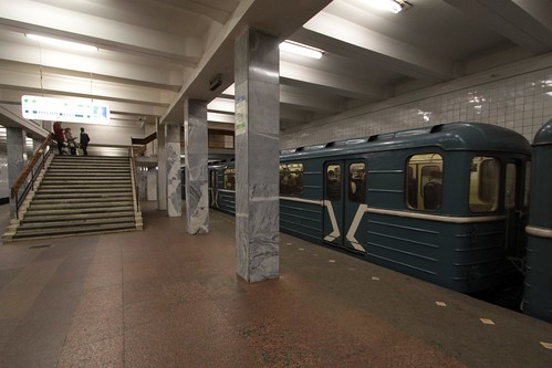Passengers change trains at Каширская (Kashirskaya) station
