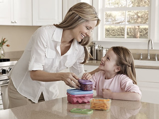 Mom and daughter packing lunch | by Rubbermaid Products