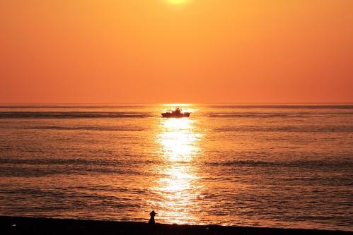 ocean sun sunrise boat contrejour goldenocean 太麻里日出