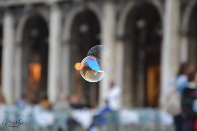 Purtroppo non siamo esseri sospesi in bolle di sapone, vaganti felici per l'aria.