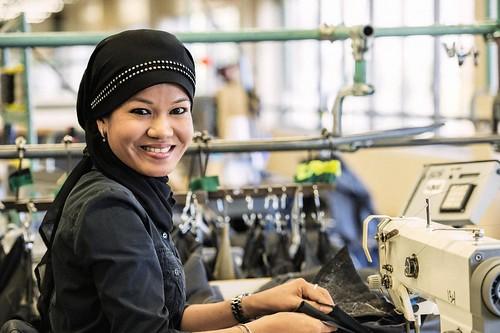 Female Sewing Machine Worker Smiling / Travailleuse souriante à la machine à coudre