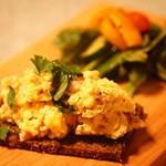 お昼〜  バジルソースを掛けたパンにハムを入れたふわふわスクランブルエッグ   Fluffy ham scrambled eggs on pesto  rye   #ランチ #おひる #うちのご飯 #手作り #サンド #lunch #lunchtime #todayslunch #sandwich #instafood #feedfeed #nomnom #canon #teamcanon #nofilter