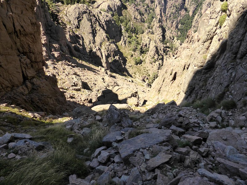 Les pentes finales, herbes et blocs pierreux, le long des parois de Punta di Ferru sous Bocca di Fumicosa